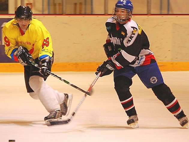 Vizovičtí hokejisté (v tmavém).