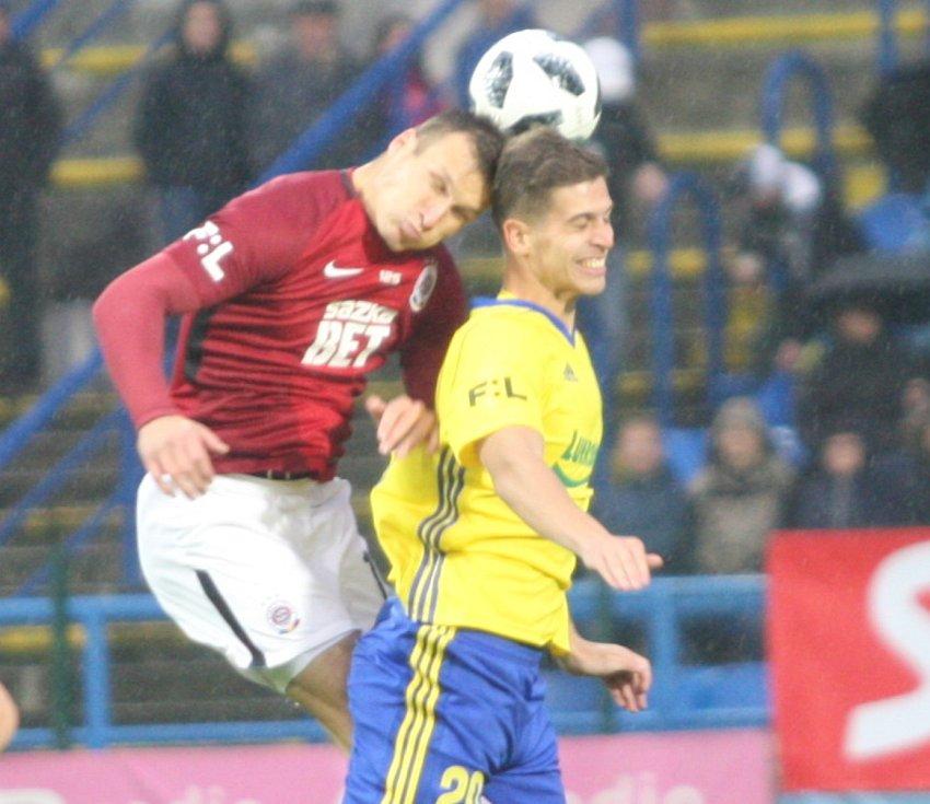 Prvoligové fotbalisté Fastavu Zlín (ve žlutém) ve 13. kole doma hostili pražskou Spartu. Na snímku Jakubov