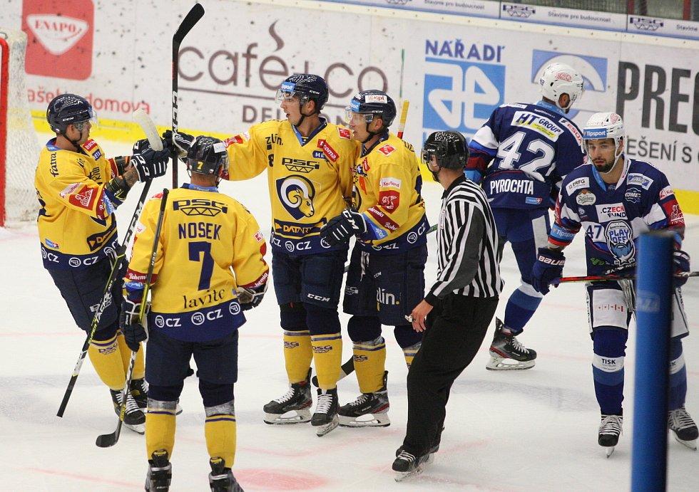 Extraligoví hokejisté PSG Berani Zlín (ve žlutém) v přípravném duelu hostili rivala Kometu Brno. Na snímku oslava branky Dobiáše.