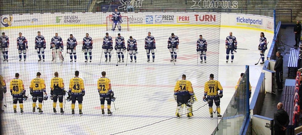 Extraligoví hokejisté PSG Berani Zlín (ve žlutém) v přípravném duelu hostili rivala Kometu Brno. Na snímku minuta ticha za zesnulého Miloše Říhu.