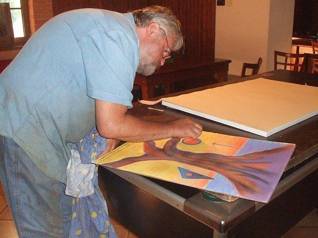 Při práci. Jozef Šarman je zakladatelem setkání výtvarníků v Držkové.