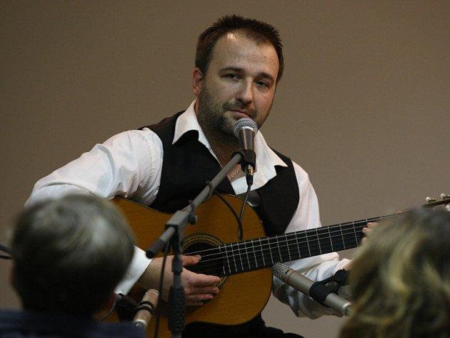 Kytarista Jan - Matěj Rak ve zlínské hvězdárně.