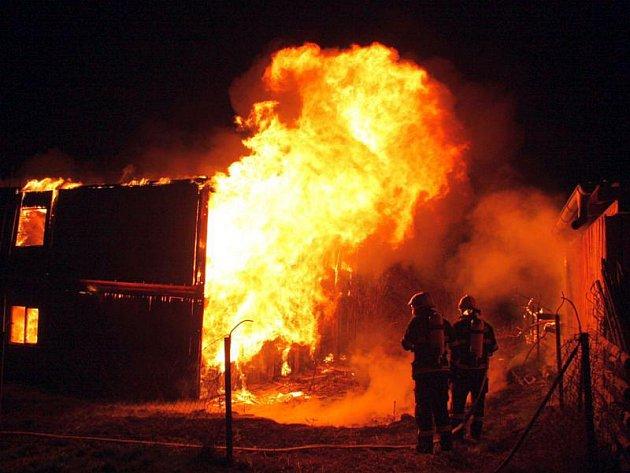 Rozsáhlý požár v Tečovicích zaměstnal v pátek v noci spoustu jednotek profesionálních i dobrovolných hasičů. Přes veškerou jejich snahu lehla opuštěná dvoupodlažní budova popelem.