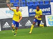 Zlínský fotbalista Tomáš Poznar (na snímku vlevo) se raduje společně s parťákem Jean-David Beauguelem. Ševci díky trefám obou útočníků zdolali Příbram 3:0.
