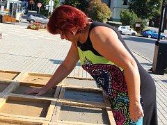 Starostové zanechali na památku otisk dlaně. Na snímku je zachycena Alena Nováková, starostka Nedašova.