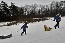 """Ve Zlíně se bobovalo na zbytcích sněhu vedle lyžařského svahu. """"Blátobobování"""" dětem nevadilo."""