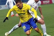 Zlínský fotbalista Mirzad Mehanović (ve žlutém dresu) se v derby se Slováckem dopustil prohřešku. S trenérem Páníkem si ale celou situaci vyříkal.