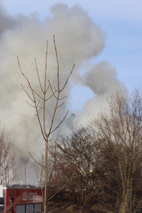 Ve Všemině hořely uskladněné plasty a pneumatiky
