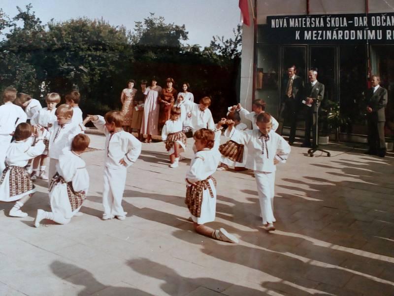 ZPESTŘENÍ. Vystoupení dětí z MŠ I. při slavnostním otevření nové MŠ II.