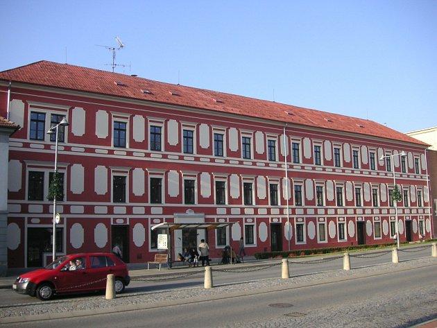 V historické budově na Masarykově náměstí v Napajedlích vznikají nově byty a prostory pro komerční účely. V objektu byl dříve okresní soud, později byl zřízen ve Zlíně.