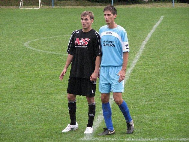 Fotbalový útočník Těšnovic Michal Berantík (v černém) se na jaře trefil už pětkrát.