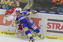 Extraligoví hokejisté Zlína (v modrém) nastoupili v 5. zápase překola play off proti Třinci.