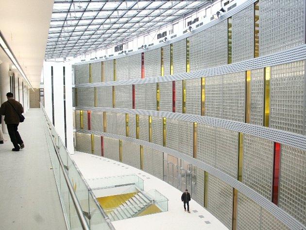 Kompozice skel, kovu abílé barvy působí velmi čistě a moderně