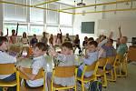 Žáci ZŠ Kvítková ve Zlíně si v pátek převzali od svých třídních učitelů vysvědčení.