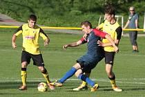 Fotbalisté Tečovic (ve žlutých dresech) prohráli v 7. kole I. B třídy skupiny B s Mladcovou 0:4.