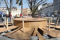Ve středu 25. dubna 2012 si na zlínském Náměstí Míru Fakulta multimediálních komunikací připomněla desáté výročí. Studenti na něj upozornili například tím, že z kašny udělali narozeninový dort.