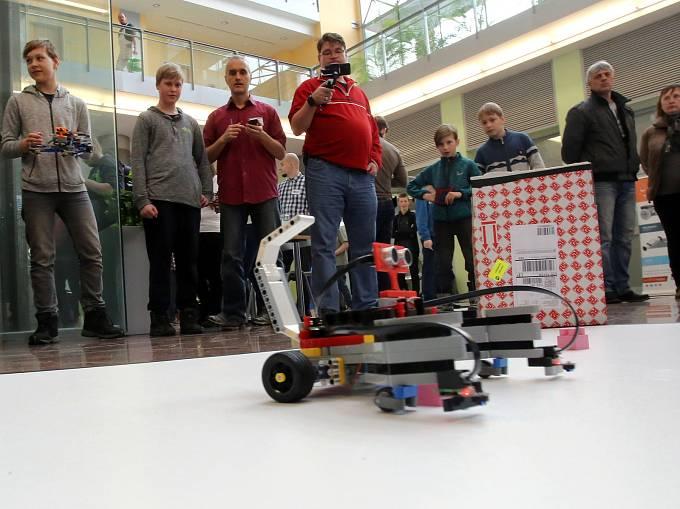 Soutěž malých robotů RoboGames na UTB ve Zlíně.