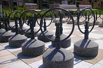 Náměstí 3. května v Otrokovicích po rekonstrukci zdobí velká šachovnice coby součást dlažby prostranství. Kolemjdoucí si s nimi hrají, vandaly zatím naštěstí nelákají.