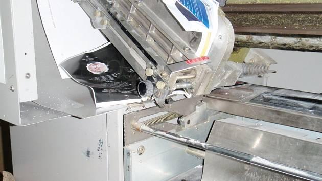Žena se zranila při práci na tiskařském stroji.