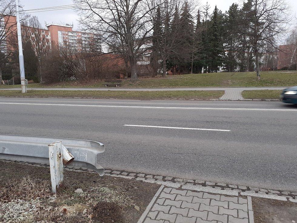 Dalším místem, kde již došlo ke střetu mezi vozidlem a chodcem, je asi dvacet metrů od zastávky Slunečná a kousek od kostela. Zde si lidé také zkracují cestu a přímo z chodníku vbíhají na uvedenou komunikaci.