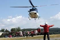 Hasičské cvičení s vrtulníkem na letišti Bílá hlína u Slušovic.