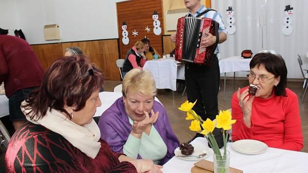 V Komárově ve čtvrtek 5. března 2015 slavily ženy Mezinárodní den žen. Každá dostala zákusek a kávu, harmonikář jim hrál písničky na přání, děti z mateřské školy si pro ně připravily pásmo zimních pohádek a písniček.