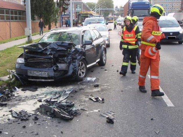 Ranní nehoda zkomplikovala dopravu a zastavila trolejbusy