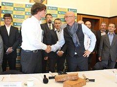 Tomáš Pajonk (vlevo) a Ivo Valenta na tiskové konferenci Svobodných a Soukromníků ve Zlíně, kde oznámili svou kandidaturu na hejtmana Zlínského kraje v nadcházejících podzimních volbách.