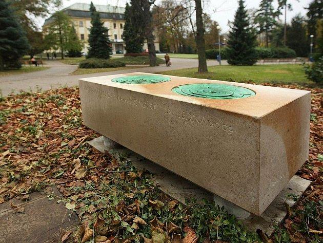 Zlínský Sad Svobody již zdobí nová fontána. Město ji nechalo zhotovit na památku dvou chlapců, jež nedaleko místa tragicky zahynuli při pádu stromu.
