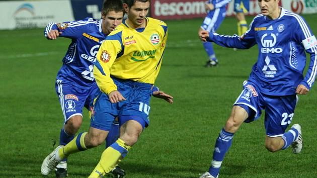 Fotbalisté Zlína ve žlutém, Olomouc v modrém.