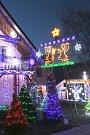 Vánočně nasvícený rodinný dům v Lípě.
