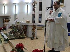 Kněz společně s věřícími odříkává modlitbu.