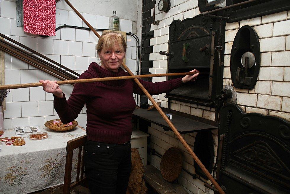 Unikátní téměř stoletá parní pec v Halově pekárně ve Vizovicích v říjnu 2020. Pokračovatelka pekařského rodu Helena Kučerová ukazuje, jak se do pece sázelo.