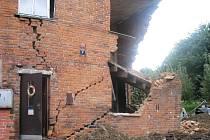 Ve čtvrtek 24.7. odpoledne se zřítila část půldomku. Stalo se tak poté, co kolem opravovaného domku projel vlak.