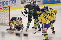Extraligoví hokejisté Zlína (ve žlutém) proti Mladé Boleslavi