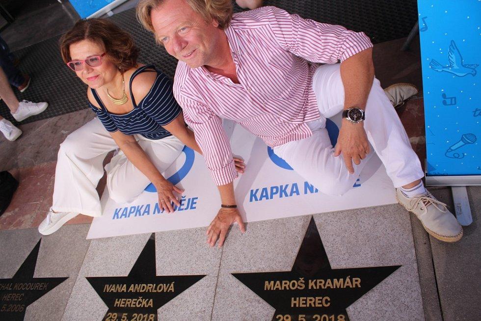 Hvězdu na chodníku slávy před Velkým kinem ve Zlíně odhalili Ivana Andrlová a Maroš Kramár.