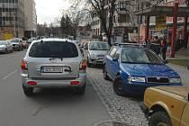 Parkování v protisměru se stává specialitou zlínských řidičů.
