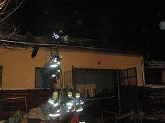Požár střechy zámečnické dílny v Hovězí.