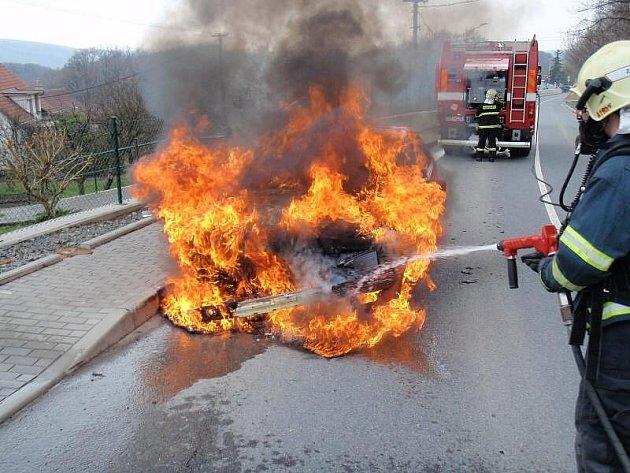 Během soboty vyjížděli profesionální hasiči ze Zlína a Otrokovic na dva hlášené požáry osobních aut u Zlína, kterým shodně vyhořely motorové prostory.