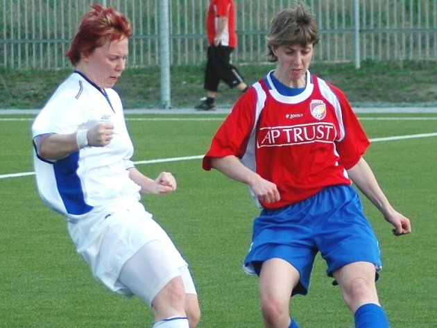 Opora. Útočnice fotbalistek Slovácka Skupinová (vlevo).