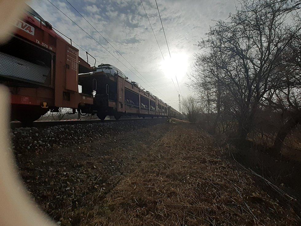 Vyprošťování havarovaných nákladních vlaků u Otrokovic.