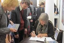 Svou novou knihu přestavila Alena Crhonková v neděli 6. října na zámku Skalička za velkého zájmu svých příznivců.