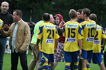 V prvním kole fotbalového Ondrášovka Cupu vyřadil diviziní Brumov (v červeném) druholigovou Tescomu Zlín. Zápas skončil nerozhodně 1:1, na penalty vyhráli domácí 3:1. Zlínské fotbalisty chtěli po zápase napadnout vlastní fanoušci.