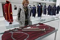 Zlínská Univerzita Tomáše Bati připravila od středy 6. dubna pro studenty a návštěvníky Univerzitního centra expozici svých insignií a talárů