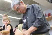 Japonci učili české designéry, jak dýhovat