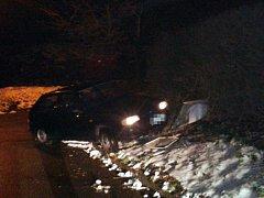 Osobní automobil havaroval a poškodil plynovou přípojku