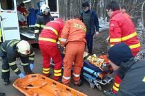Zapadnuté vozidlo vyprostili hasiči vlastním navijákem.