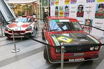 Výstava závodních automobilů ve Zlatém jablku ve Zlíně, která je předzvěstí motoristické akce Czech Drive.