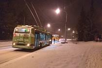 Situace v pondělí večer ve Zlíně a okolí. Silnice pokryla ledovka.