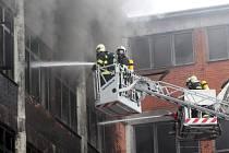 Dohašování požáru 103. budovy v areálu Svit ve Zlíně